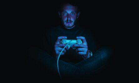 Hráč hrající hru Final Fantasy.