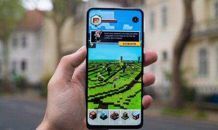 Minecraft na mobilním telefonu.