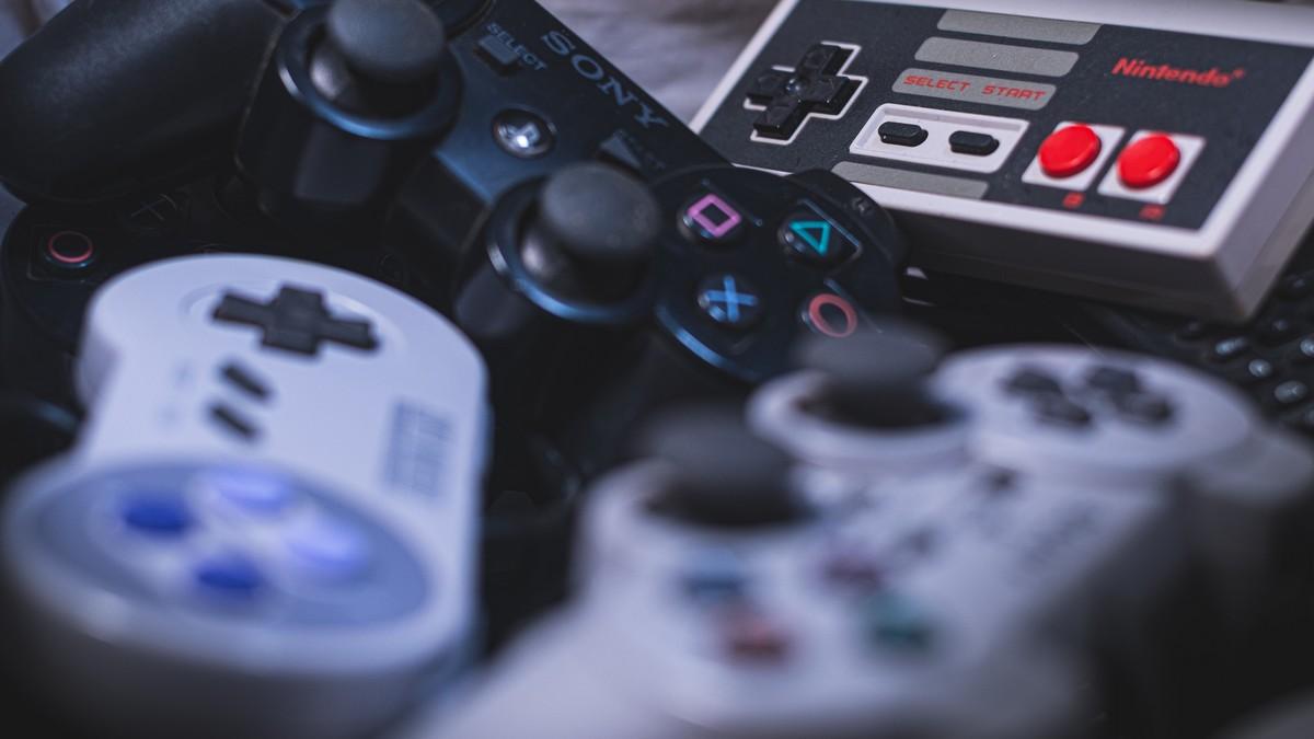 Herní ovladače včetně Wii Remote.